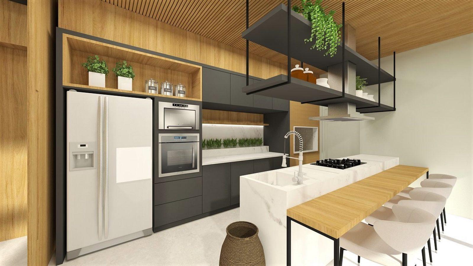 Cozinha com geladeira, forno elétrico, pia e balcão central. Acabamento em madeira, cadeiras brancas e plantas suspensas.