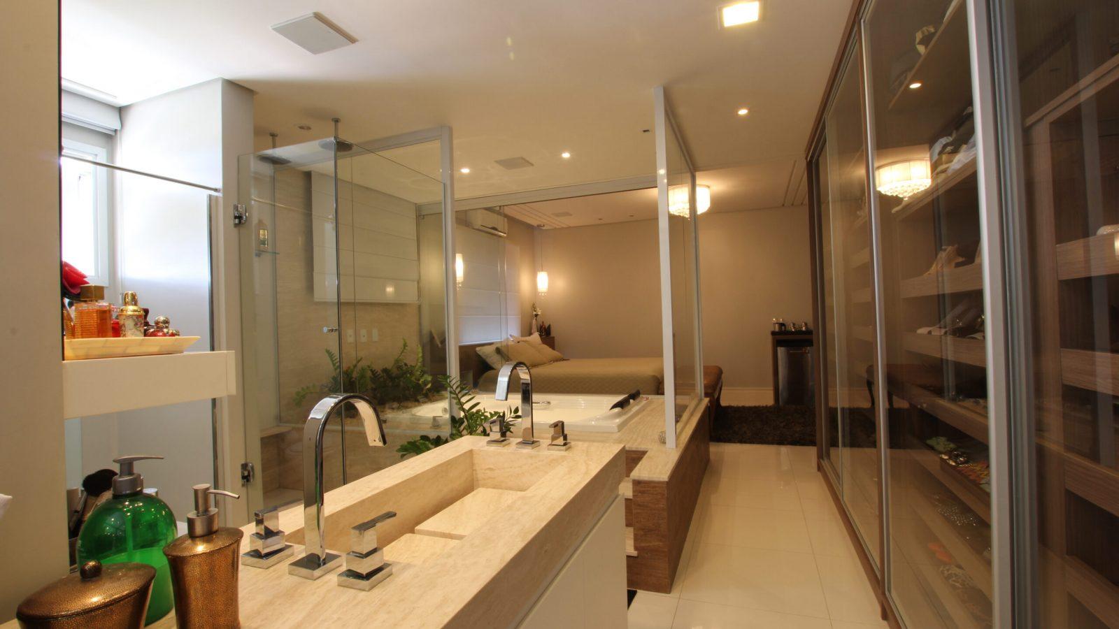 Banheiro com acabamento em madeira, pia e saboneteiras.